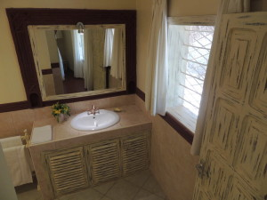 4 bedrooms villa for sale in Malindi all en-suite, Malindi real estate for sale showing the bathroom
